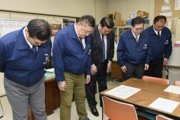 大相撲春場所開催中のエディオンアリーナ大阪で、東日本大震災の被災者を悼み黙とうする親方衆=11日午後、大阪市浪速区