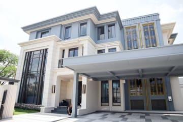 メジャー・デベロップメントが建築した高級住宅外観=11日、バンコク(NNA撮影)