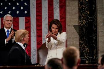 トランプ米大統領の一般教書演説を聞き、後方で拍手するペンス副大統領(左)とペロシ下院議長(右)=2月5日(ロイター=共同)