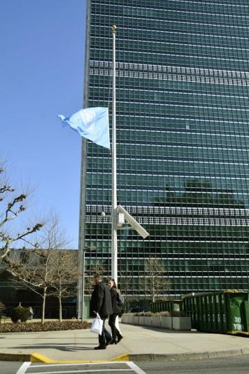 エチオピア航空機墜落を受け、米ニューヨークの国連本部で掲げられた半旗=11日(共同)