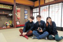 そば店だった建物を改装した写真スタジオを開いた町田智伸さん(中央)=豊岡市元町