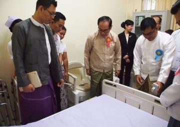 ヤンゴン総合病院内に設けられた訓練校で、日本製の介護ベッドを視察するミン・トゥエ保健・スポーツ相(右から2人目)=11日、ヤンゴン(NNA)