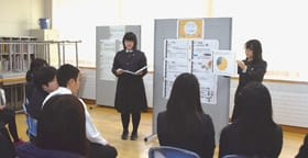保護者を前に日ごろの学習成果を披露する生徒たち