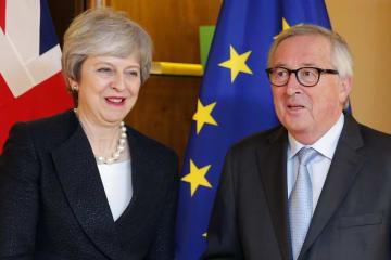 11日、フランス・ストラスブールで報道陣の前でポーズを取るメイ英首相(左)とユンケル欧州委員長(AP=共同)