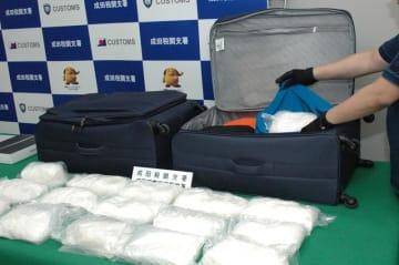 イザベル被告から押収した覚醒剤とスーツケース。旅客からの押収量としては国内最多となった=11日、成田空港第2ターミナル