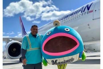 ロッテOBで現在はハワイアン航空に勤務するベニー氏とロッテのオフィシャルキャラクター「謎の魚」【写真提供:千葉ロッテマリーンズ】