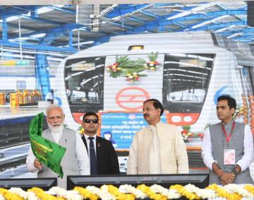 9日、グレーターノイダでデリー・メトロ3号線の延伸区間の開業式典に参加するモディ首相(左端)=インド政府提供