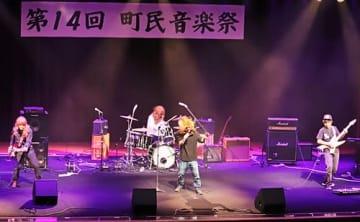 【演奏を披露する町民音楽祭バンドの部の出演者(和歌山県串本町串本で)】