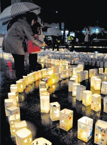 震災の犠牲者を悼んで並べられた1万個の灯籠=11日午後6時35分ごろ、盛岡市