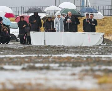 降りしきる雨の中で行われた犠牲職員追悼式=11日午前8時5分ごろ、岩手県大槌町の旧役場庁舎跡地