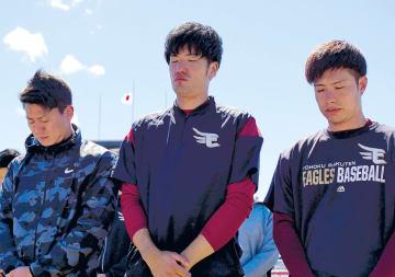 半旗を背に黙とうをささげる(左から)福井、弓削、辛島