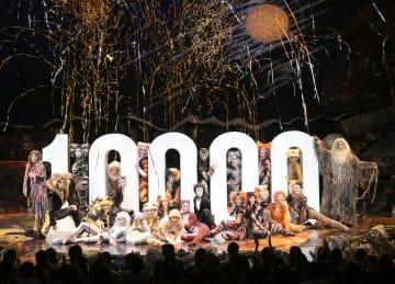 劇団四季のミュージカル「キャッツ」の上演1万回を記念して行われたカーテンコール=12日、東京・大井町(撮影・上原タカシ)