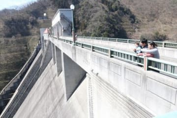 千屋ダムでは家族連れが堰堤からの景色を楽しんだ