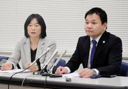 提訴後に会見する大阪アスベスト弁護団=12日午後、神戸司法記者クラブ