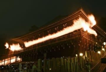 東大寺二月堂に浮かび上がる籠たいまつの炎=12日夜、奈良市(多重露光)