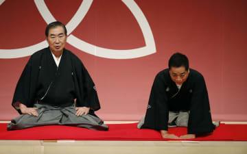 四代目桂小文枝さんの襲名披露公演。左は六代目桂文枝さん=12日夜、大阪市