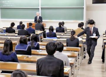 問題が配られ試験開始を待つ受験生=3月12日、福井県福井市の福井大学文京キャンパス
