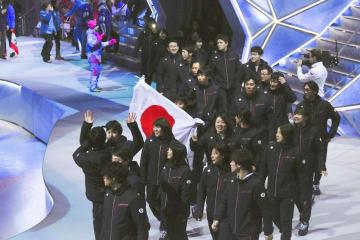 閉会式の日本選手団=クラスノヤルスク(共同)