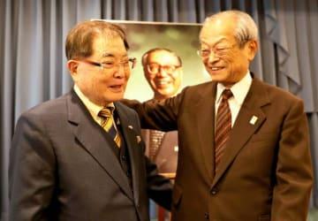 宮崎に訪れた南都会長の大城宗憲さん(左)と渡辺綱纜さん=11日午後、宮崎市・宮崎観光ホテル