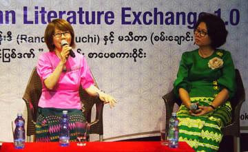 文学が持つ力などについて考えを述べた田口ランディさん(左)とマ・ティダさん=9日、ヤンゴン(NNA)