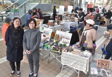 とねマルシェを主催している杉野恵利さん(左)と大久保萌美さん=利根町役場