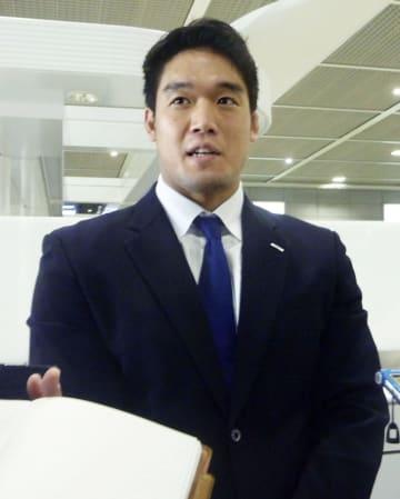 柔道のグランドスラム・エカテリンブルク大会への出発前に取材に応じる羽賀龍之介=13日、成田空港