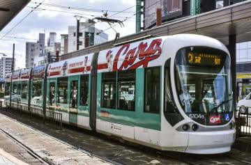 広島電鉄のカープ電車=13日午前、広島市