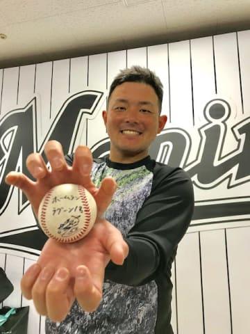 ホームランボールを手に笑顔の江村選手