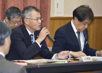 リニア中央新幹線の環境への影響を検証する静岡県の専門部会で工事の進め方を説明するJRの担当者=13日午前、静岡県庁