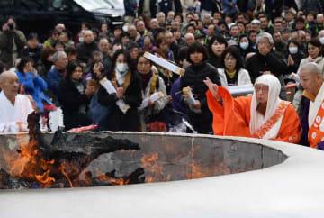 世界平和と被災地復興を願って護摩木を投じる森川宏映天台座主(13日午前11時9分、滋賀県大津市・延暦寺西塔)