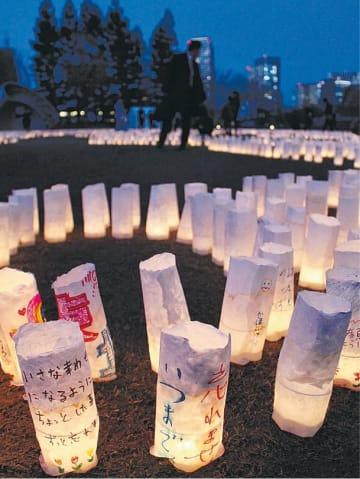 被災者や来場者が復興に向けた思いを書いた和紙キャンドルが展示された会場=11日、東京・六本木の東京ミッドタウン