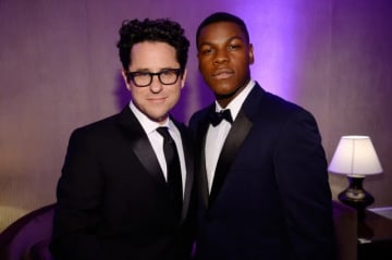 J・J・エイブラムス監督(左)とジョン・ボイエガ -写真は2015年10月に撮影されたもの - Kevork Djansezian / BAFTA LA / Getty Images for BAFTA LA