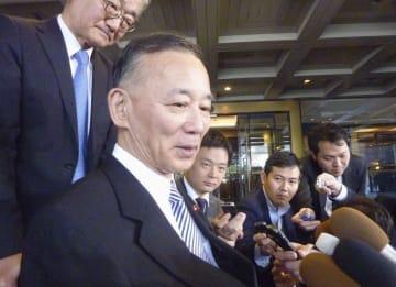 会談後、記者団の取材に応じる自民党の谷垣禎一前幹事長=13日午後、東京都内のホテル