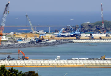 沖縄県名護市辺野古の沿岸部で進む埋め立て工事=13日午後