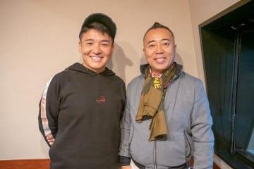 ゴルゴ松本さん(右)とパーソナリティの丸山茂樹