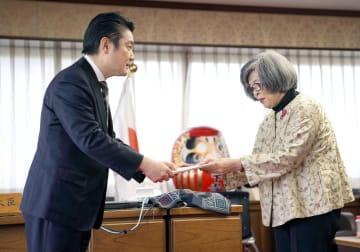 山下法相(左)に死刑執行に関する詳細な情報開示を求める文書を手渡す高橋シズヱさん=13日午後、法務省