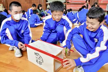 ぼんぼり作りに挑戦する生徒=2月28日、福井県福井市の明倫中学校