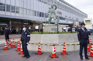 JR岡山駅前で警戒する岡山県警の警察官=13日午後