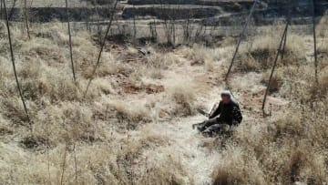 両足を失った退役軍人、荒れ山の緑化に励む 河北省
