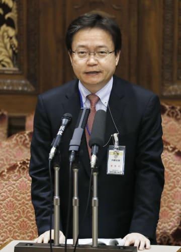 参院予算委で質問に答える内閣官房の吉岡秀弥内閣参事官=13日午後