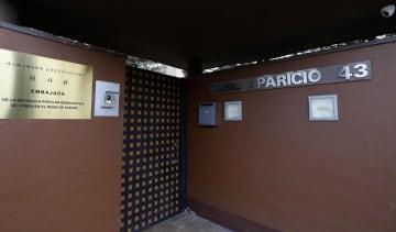 襲撃されたスペイン・マドリードの北朝鮮大使館=2月28日(AP=共同)