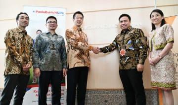 握手するパニン・第一ライフの西山副社長(左から3人目)とカイコウカイ・インドネシアのモハンマド社長=13日、ジャカルタ(NNA撮影)