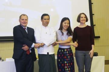 ネピドーでの2校目開校を発表したISYのグレゴリー・A・ヒガー理事(左端)ら関係者=12日、ヤンゴン(NNA)