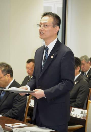 委員に正答基準を訂正を報告した和嶋延寿教育長=13日、青森県庁