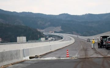 【3月17日に開通する新名神高速道路の亀山JCT付近=2月21日、亀山市で】