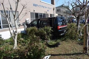 交差点で人をはね、建物に突っ込んだ車=13日午後1時40分ごろ、野田市