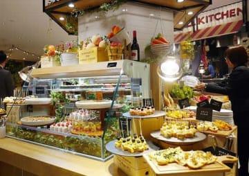 関西の生産者から直接仕入れた野菜を使った料理が並ぶビュッフェレストラン「THE BUFFET & marche」=13日、大阪市北区のグランフロント大阪