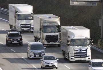 2018年1月、自動運転の実証実験で、新東名高速道路を隊列走行する3台のトラック=浜松市