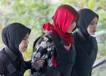 14日、マレーシア・クアラルンプール近郊の高裁に到着したドアン・ティ・フオン被告(中央)(共同)