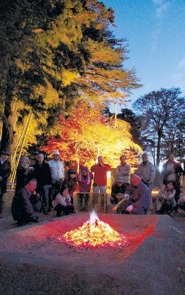 冬の季語になっている牡丹焚火=2018年11月、須賀川牡丹園